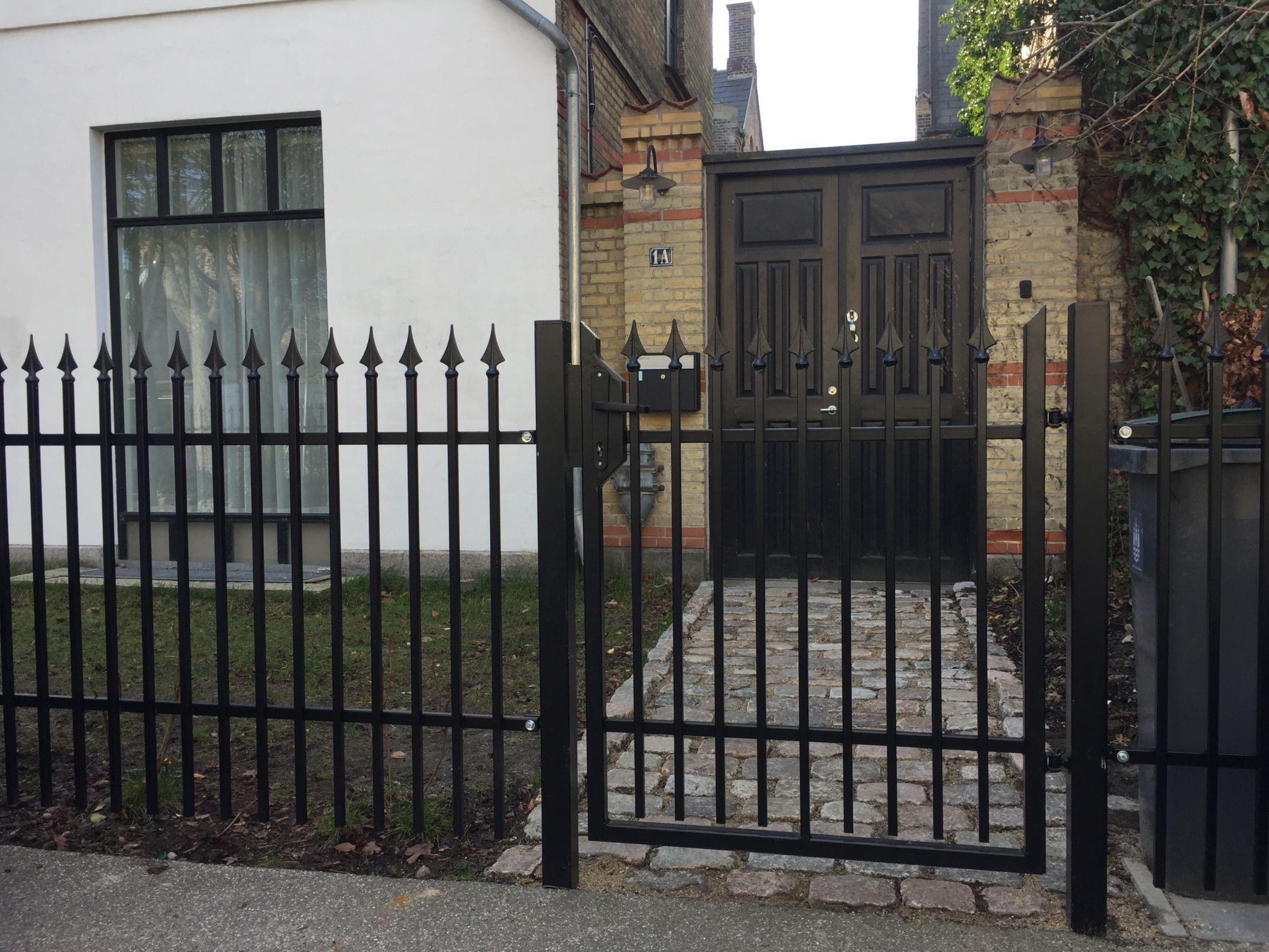 Smedejernslåge foran hus i have med smedejernshegn