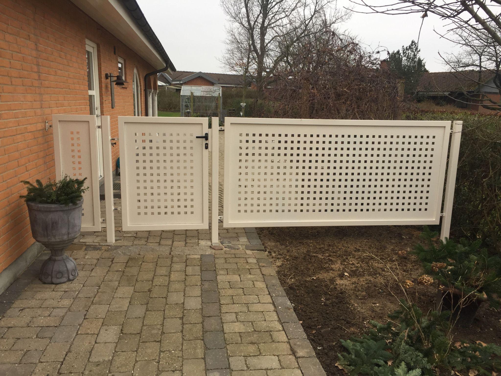 Hvid smedejernslåge på siden af hus
