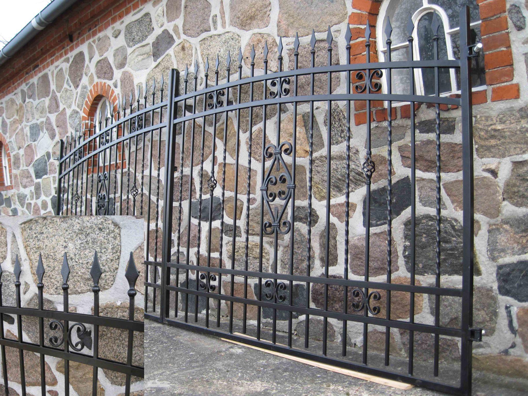 Stort smedejernsport der lige er lavet og står op af mur